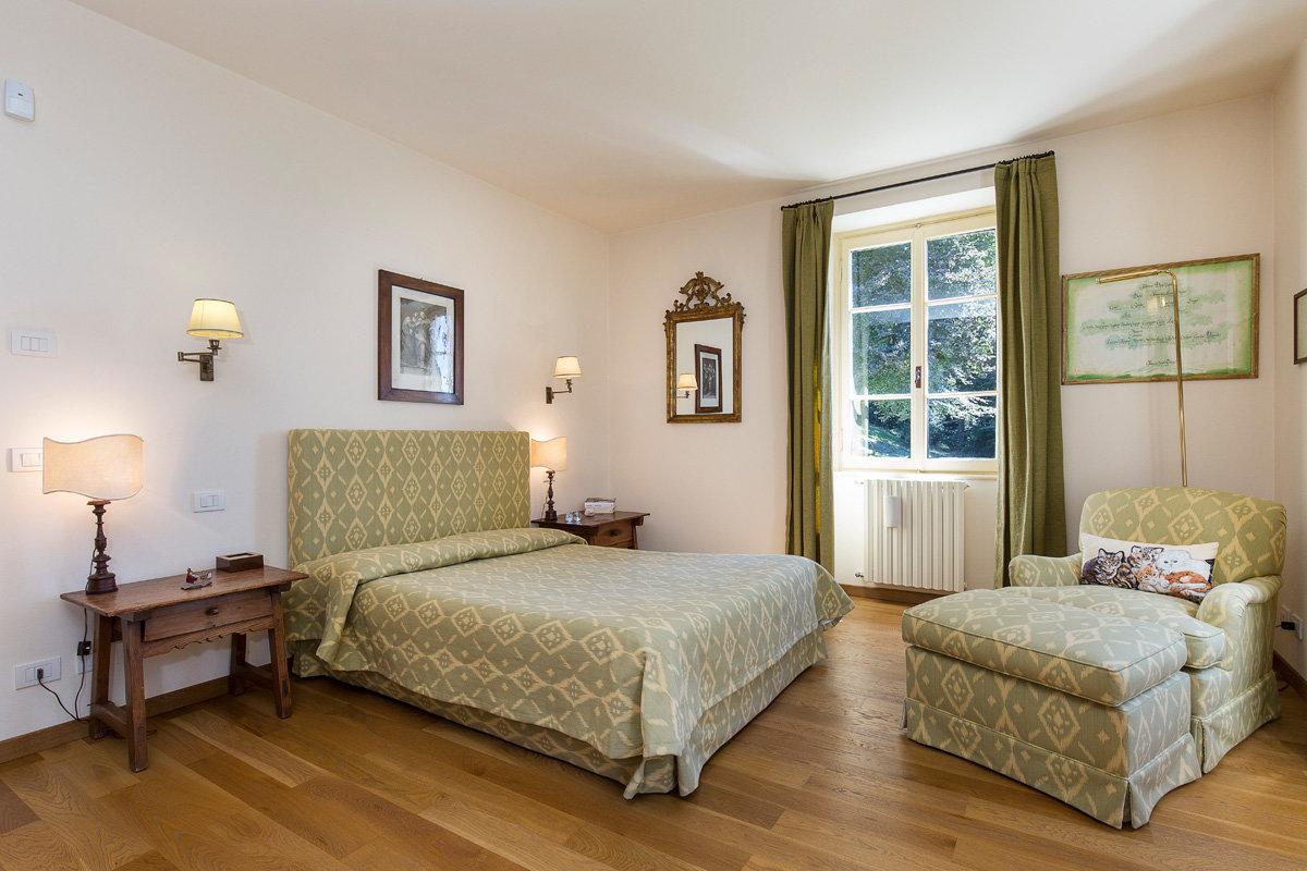 Premeno, period villa for sale on the lake - master bedroom
