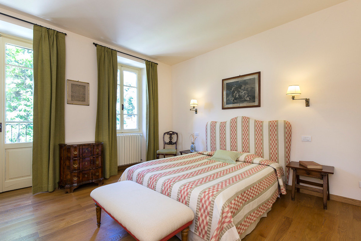 Premeno, period villa for sale on the lake - bedroom