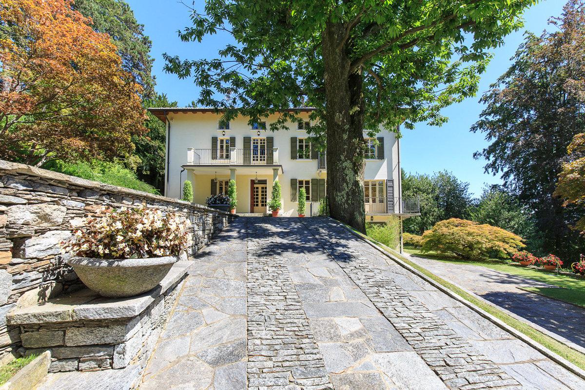 Premeno, period villa for sale on the lake - driveway