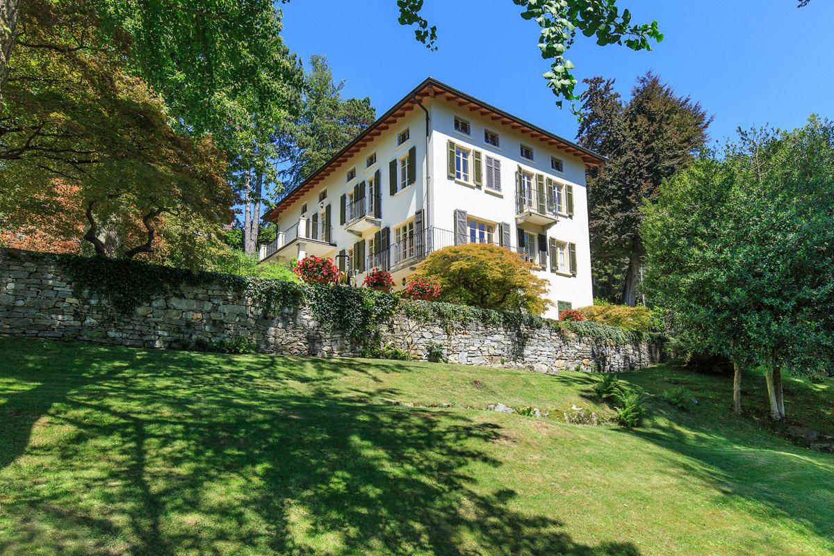 Premeno,  period villa for sale on the lake - outside