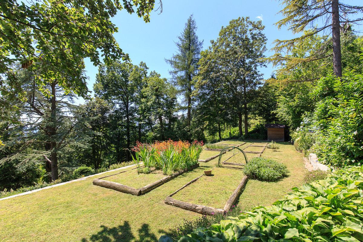 Premeno, period villa for sale on the lake - park