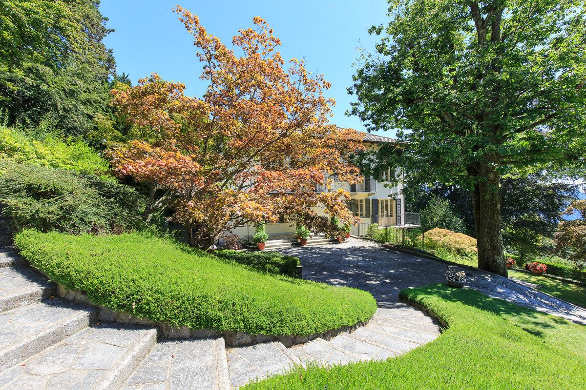 Premeno, period villa for sale on the lake - garden