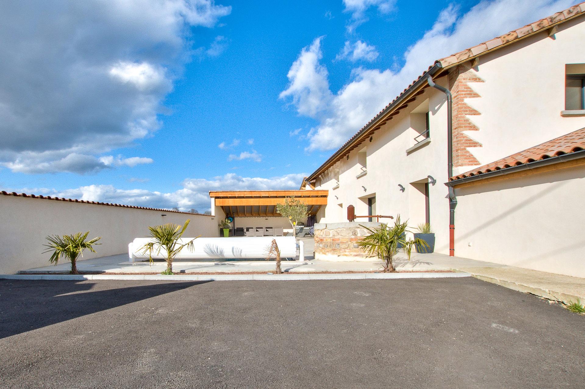 Longère d'environ 200 m2 avec des préstations soignées et piscine
