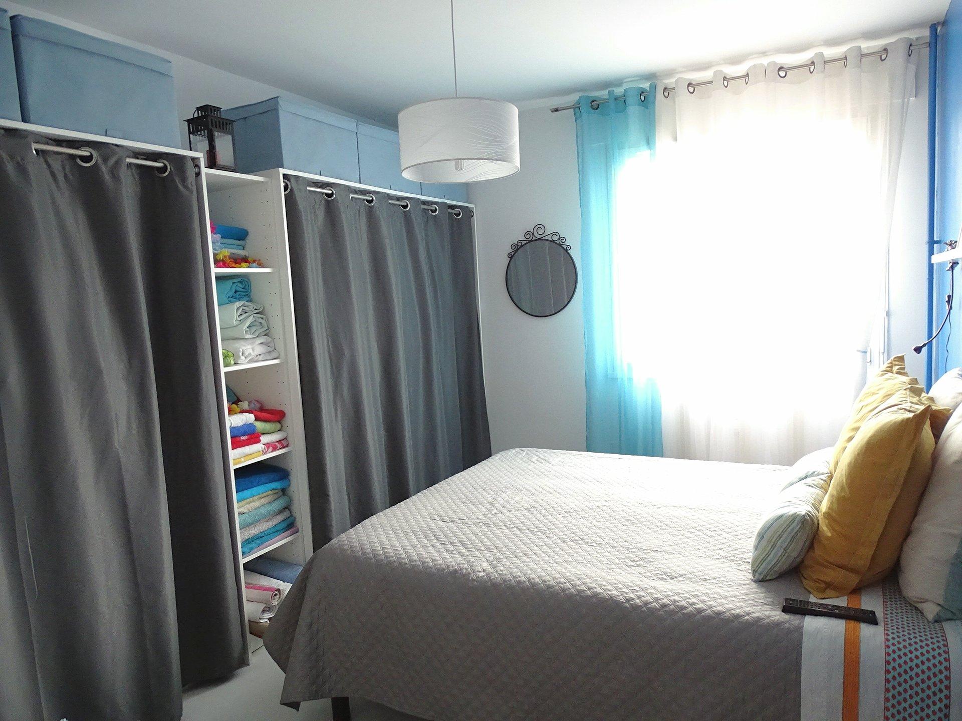 Proche du centre-ville, dans une copropriété au calme, venez découvrir cet appartement offrant une surface habitable de 69 m². Il se compose d'un lumineux salon-séjour ouvrant sur un balcon, d'une cuisine équipée, de deux chambres avec de grands placards, d'un cellier, d'une salle d?eau avec douche, et d'un toilette séparé. Une place de stationnement privé ainsi qu?une cave complètent ce bien.  Copropriété très bien entretenue (75 lots - charges :490 euros/trimestre). Honoraires à la charge du vendeur.