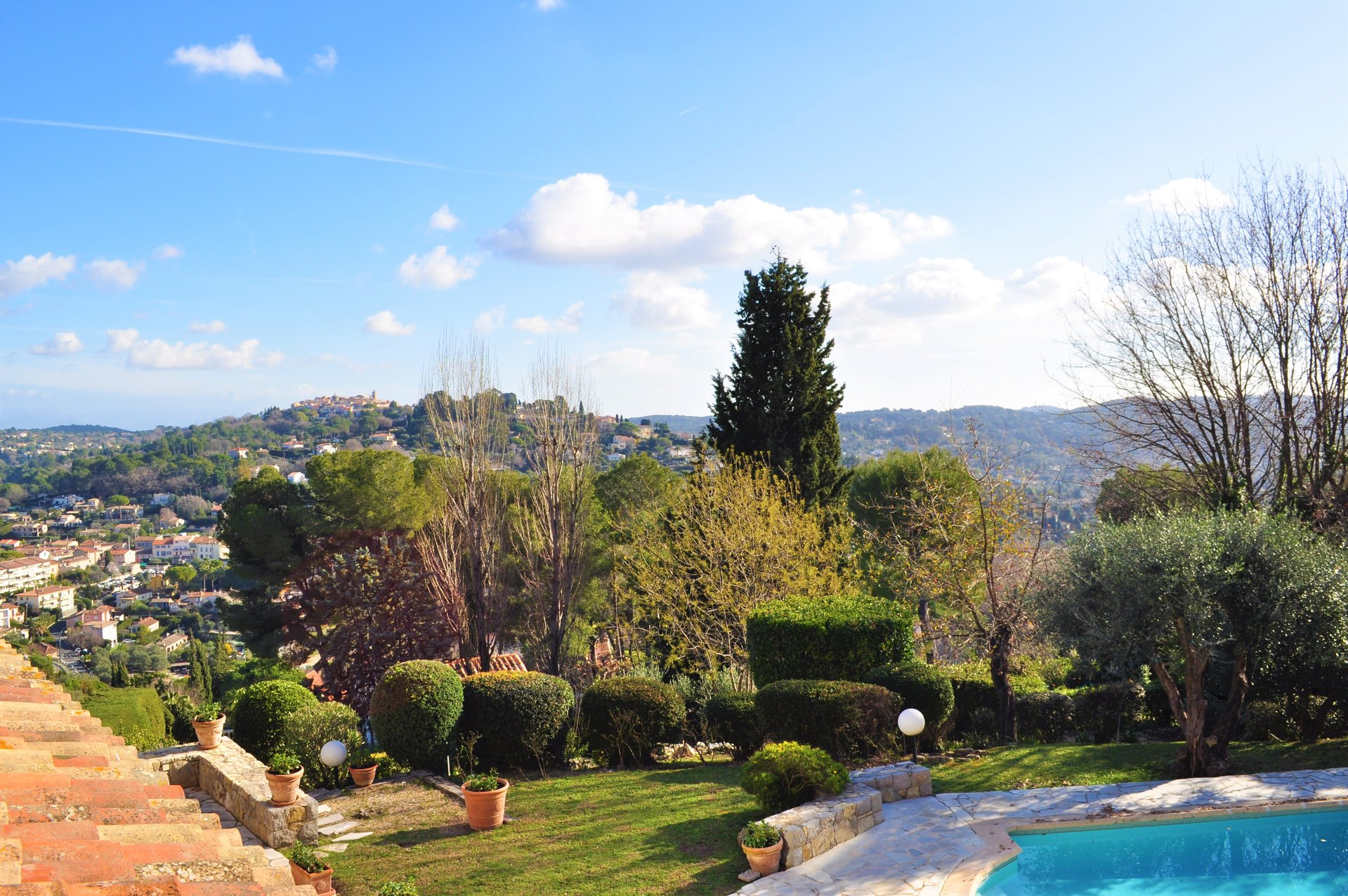 MOUGINS – STUNNING VIEW OVER THE VILLAGE AND MOUNTAINS