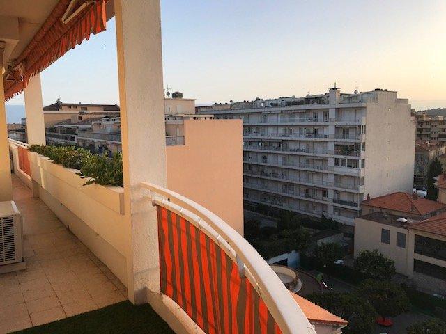 MENTON CENTRE- Très beau T4 spacieux, lumineux en angle avec balcon circulaire- Belles prestations-Vue dégagée-Cave