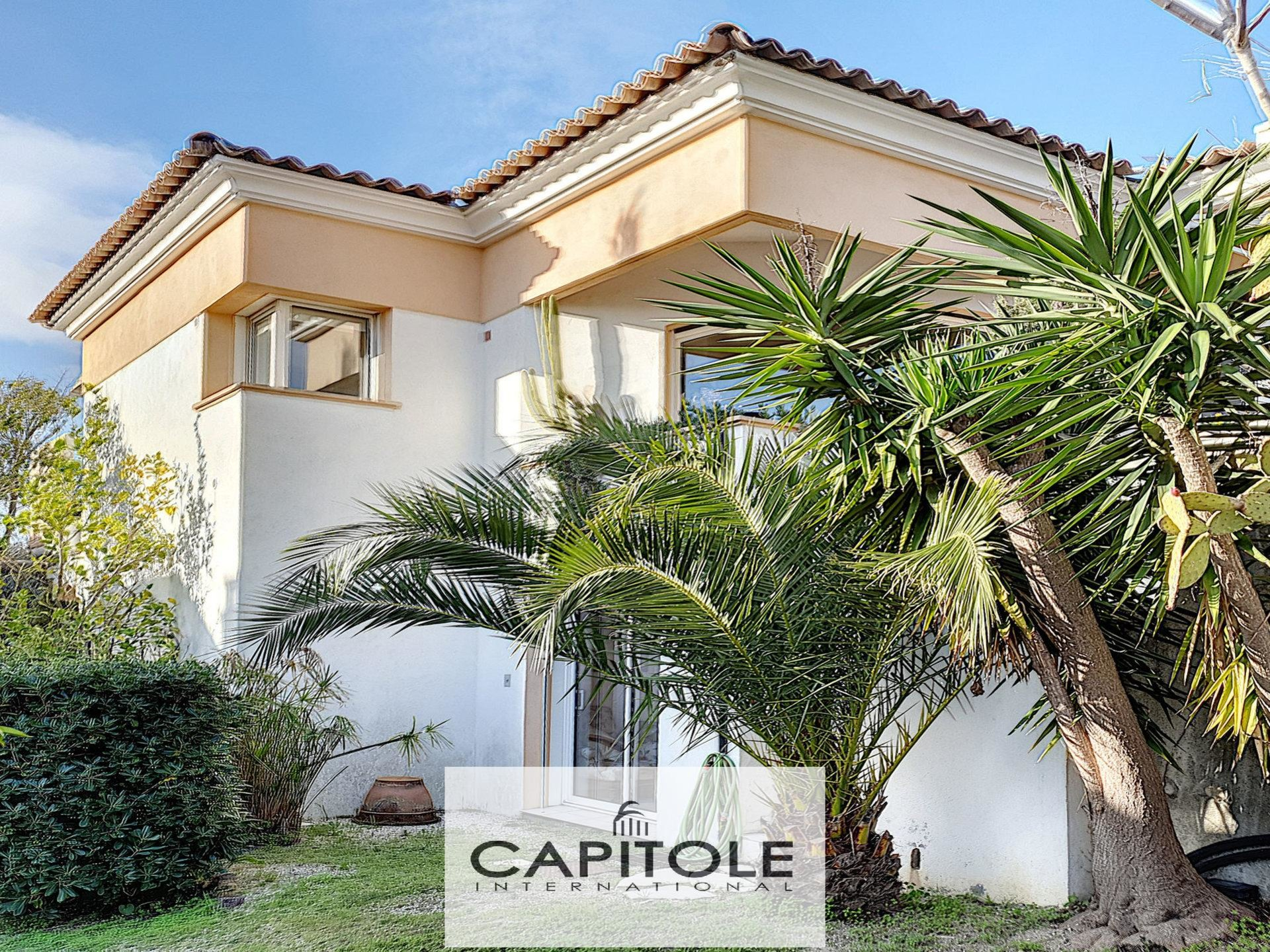 For sale, Antibes near city center,  6 bedroom villa of 222 m² with pool
