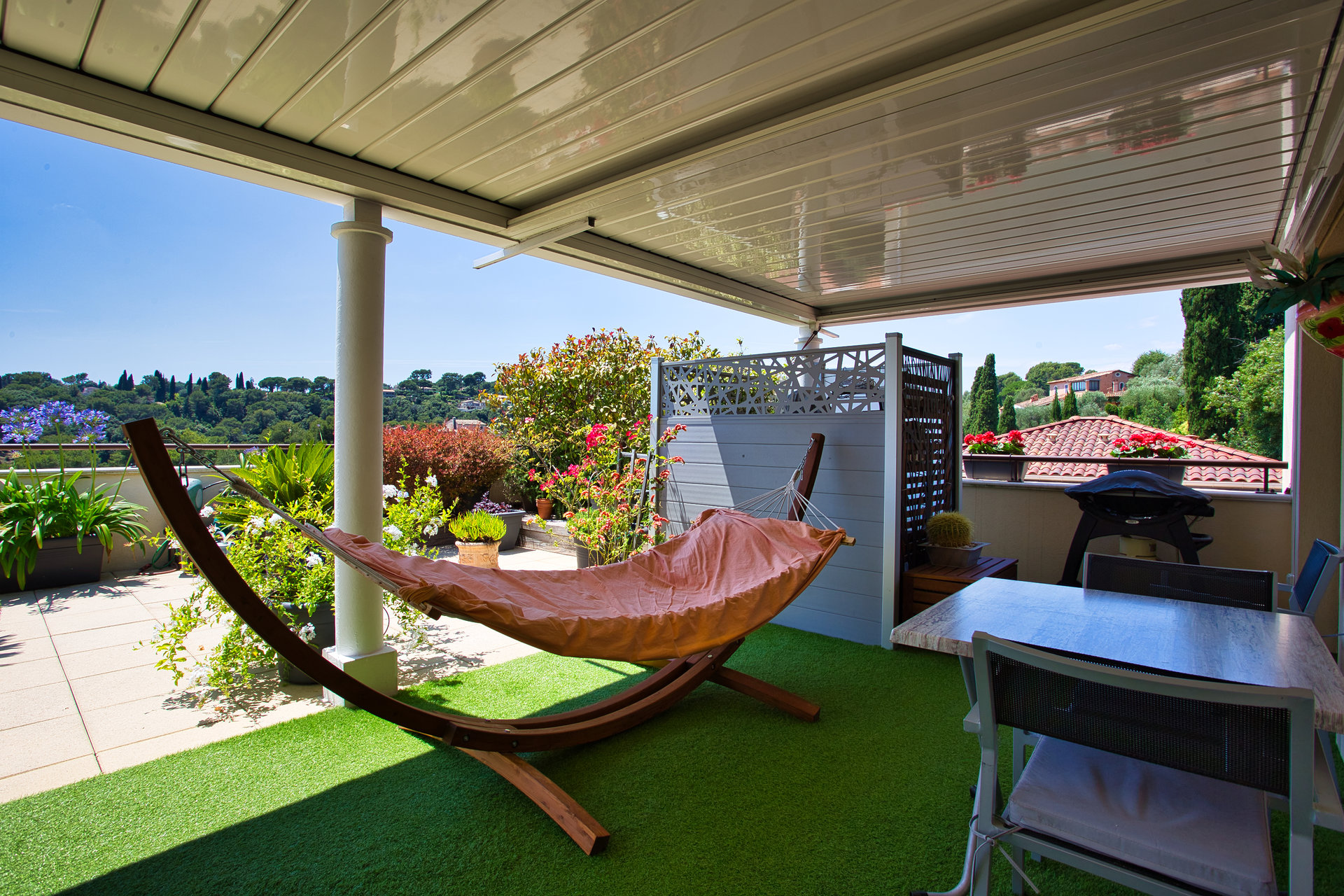 Roof terrasse apartment with sea view just 150 meters from Biot Village