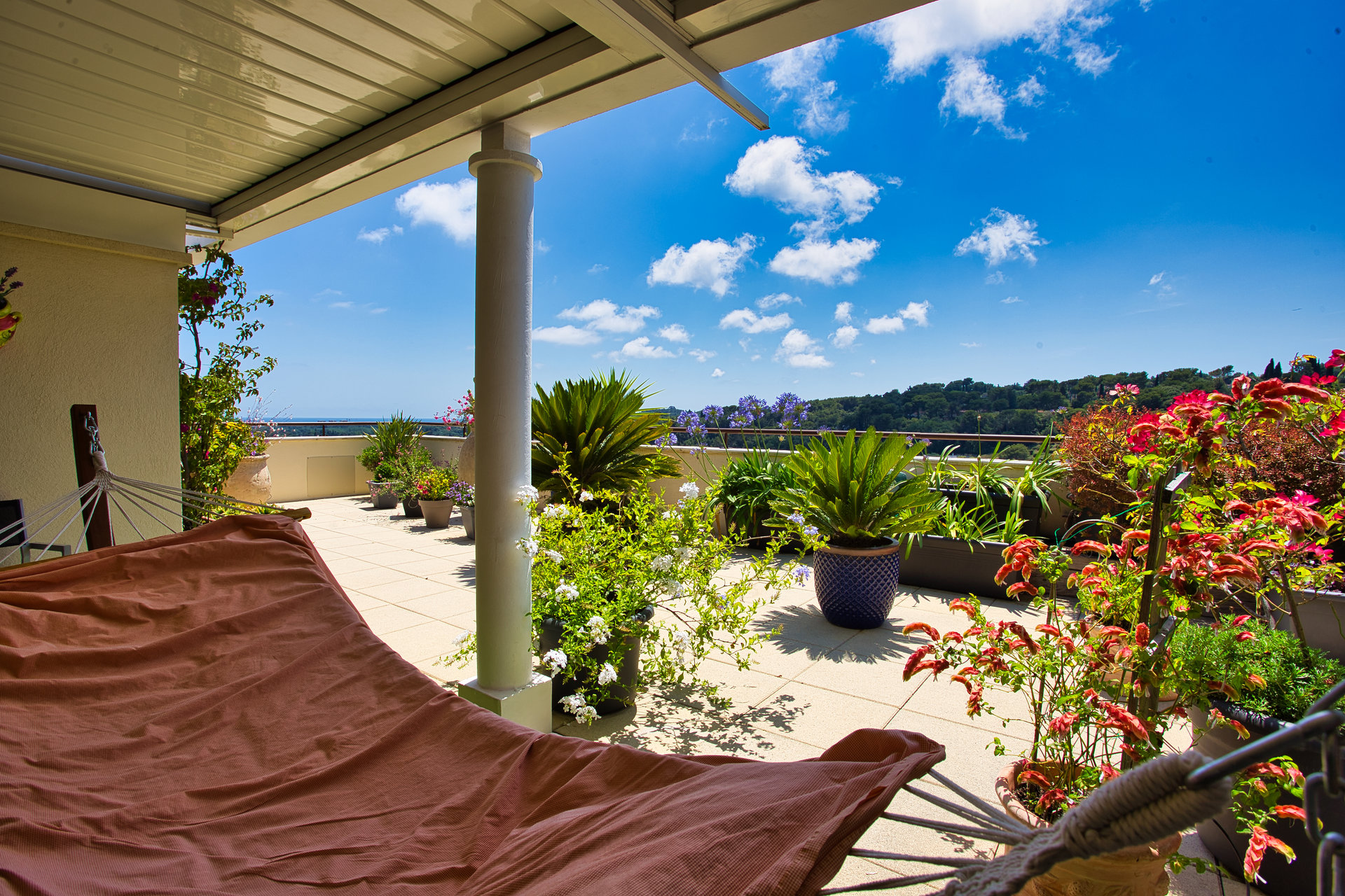 Toit terrasse vue mer et collines à pied de Biot Village