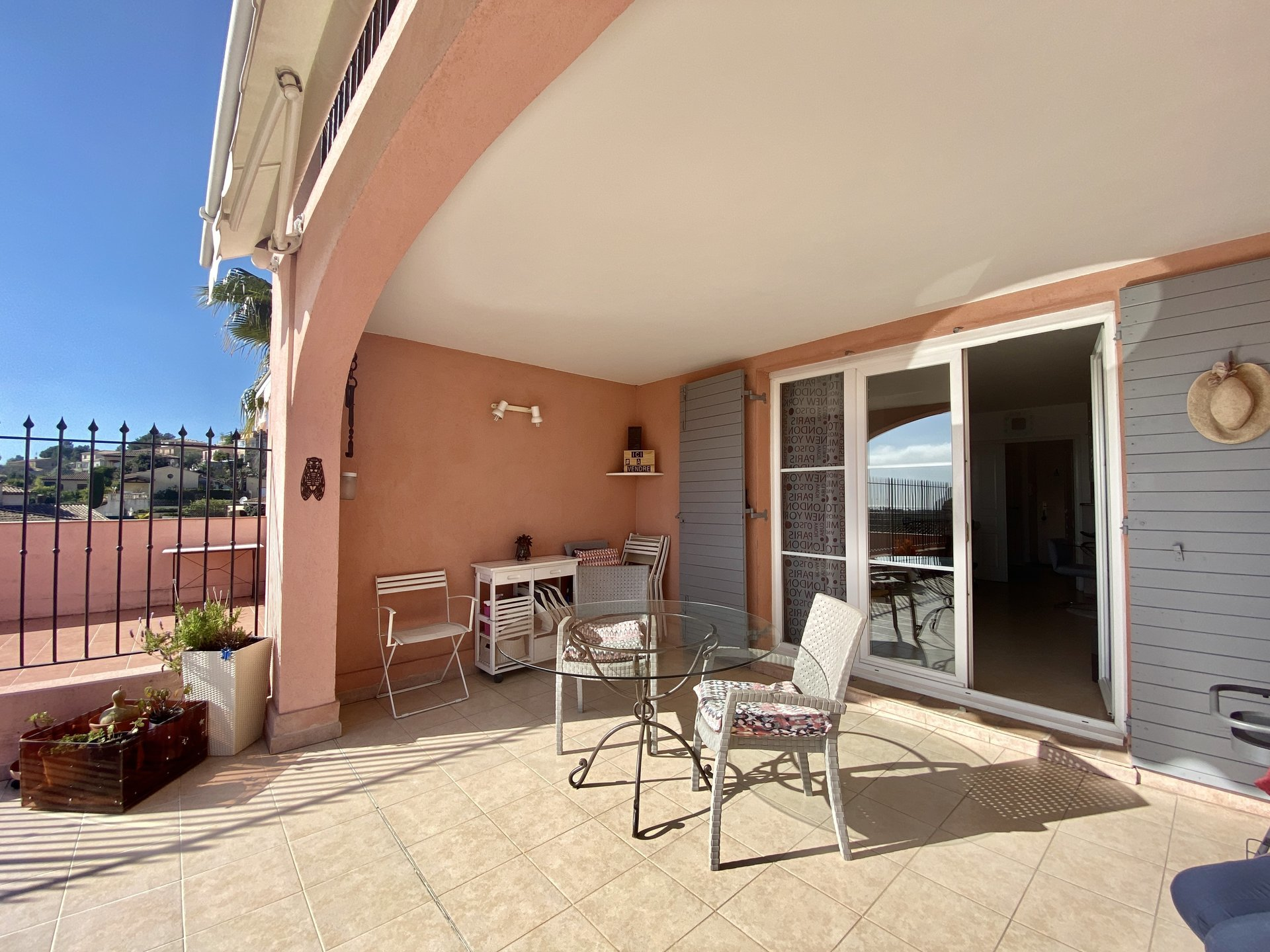 Duplex with garage, sea view, large terrace, swimming pool, facing south