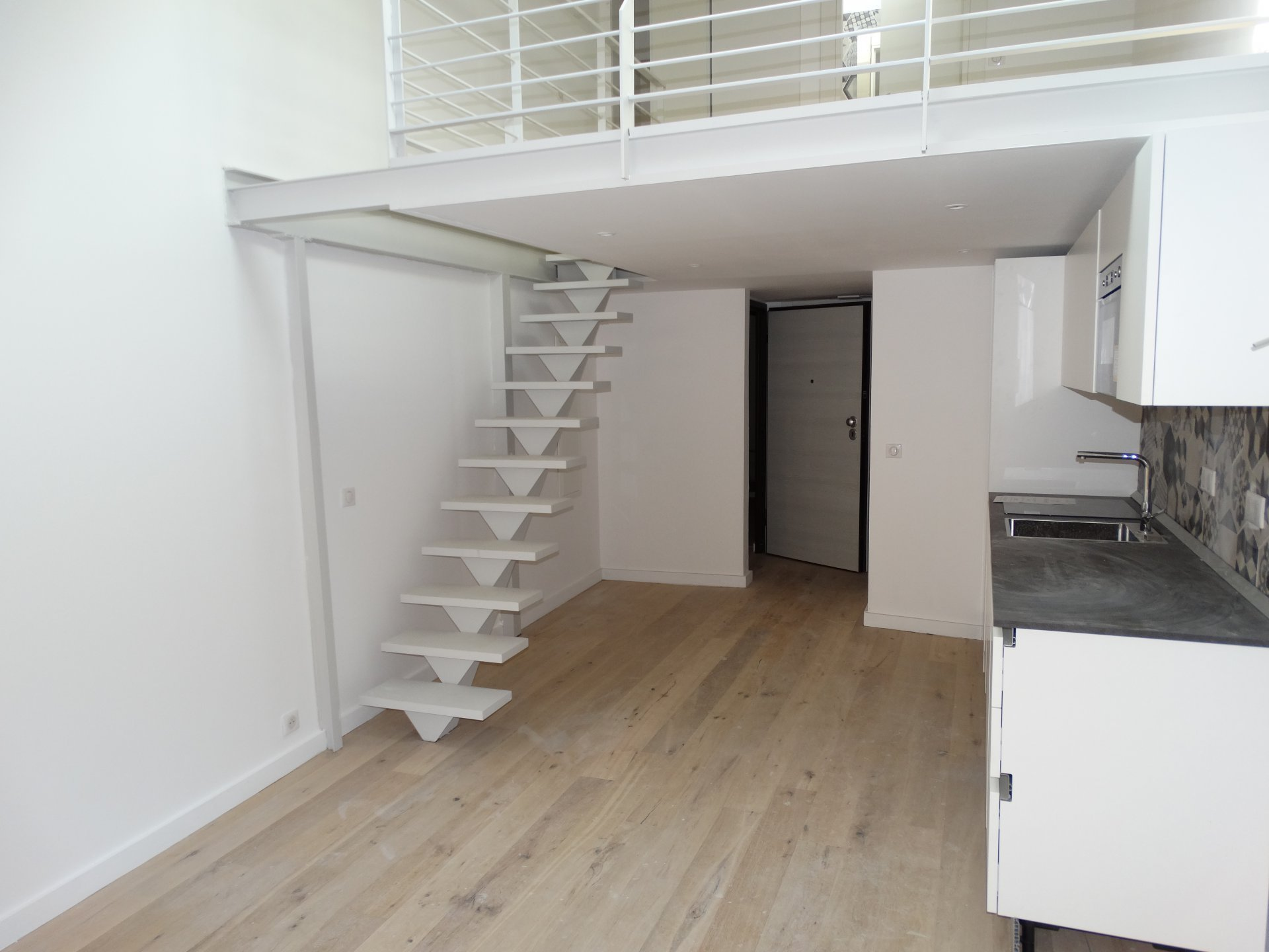 ALPES MARITIMES (06) - VILLEFRANCHE SUR MER - A vendre top emplacement 3 pièces mezzanine en dernier étage.