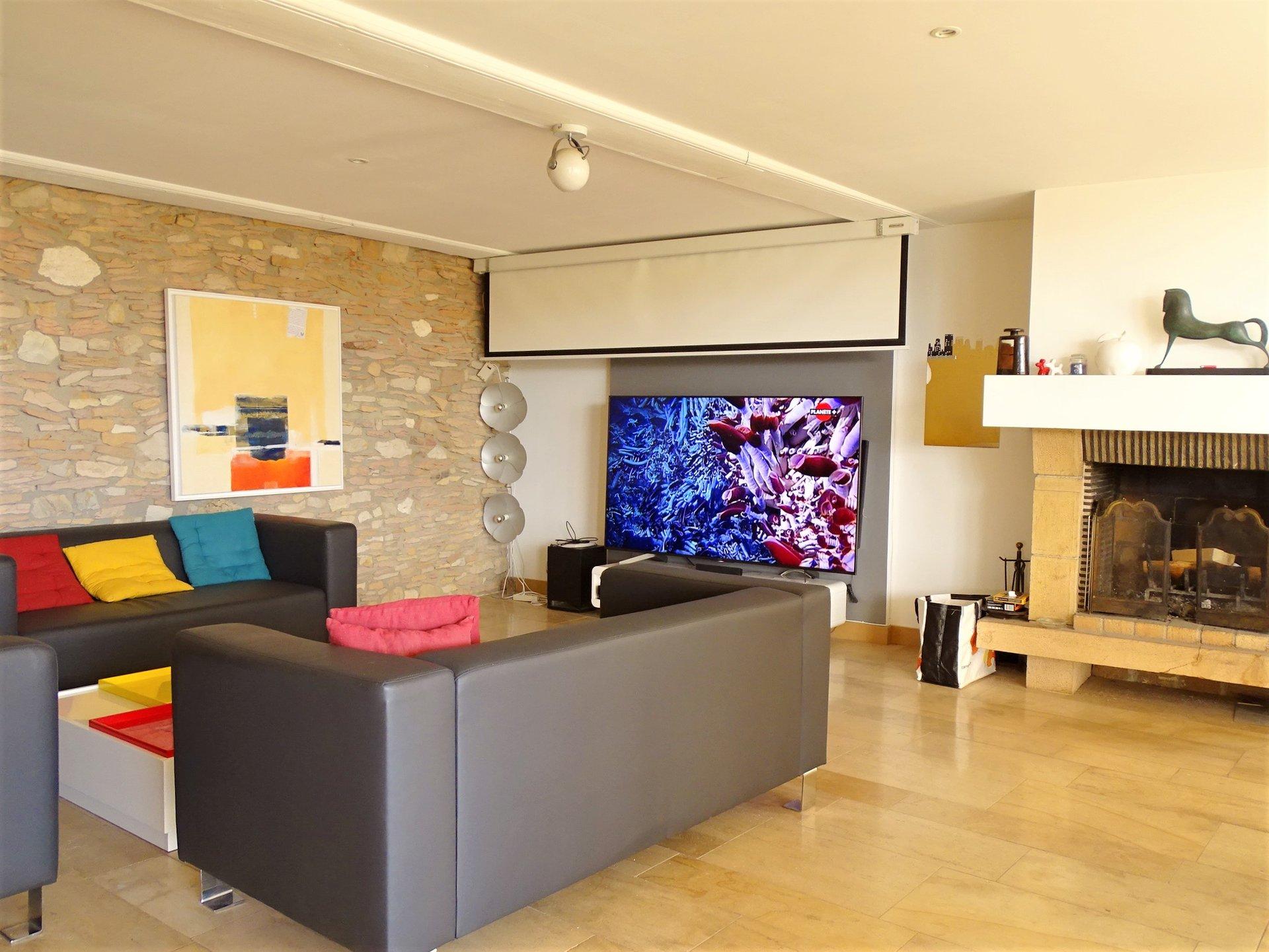 A 5mn de Mâcon, à pied des commodités dans le village d'Hurigny, superbe maison atypique proposant des prestations et des volumes de qualité avec chaque niveau desservi par un ascenseur.  En rez de chaussée, elle dispose de nombreuses dépendances : garages, atelier, cave, buanderie et salle de cinéma. Au premier étage, un superbe dégagement en pierre dessert une pièce à vivre de 120 m² baignée de lumière puis une suite parentale de 33 m², une seconde chambre de 18 m² et un bureau.  Au dernier étage, elle dispose de deux autres chambres (12 et 22 m²), d'une grande salle de douche avec dressing puis d'une belle cuisine d'été équipée donnant directement sur un très beau toit terrasse de 73 m².  Cette maison dispose d'un charme non négligeable, de très belles prestations avec matériaux de qualité (restauration complète en 2009) et de nombreux atouts à découvrir au fil d'une visite ! Honoraires à charge vendeurs