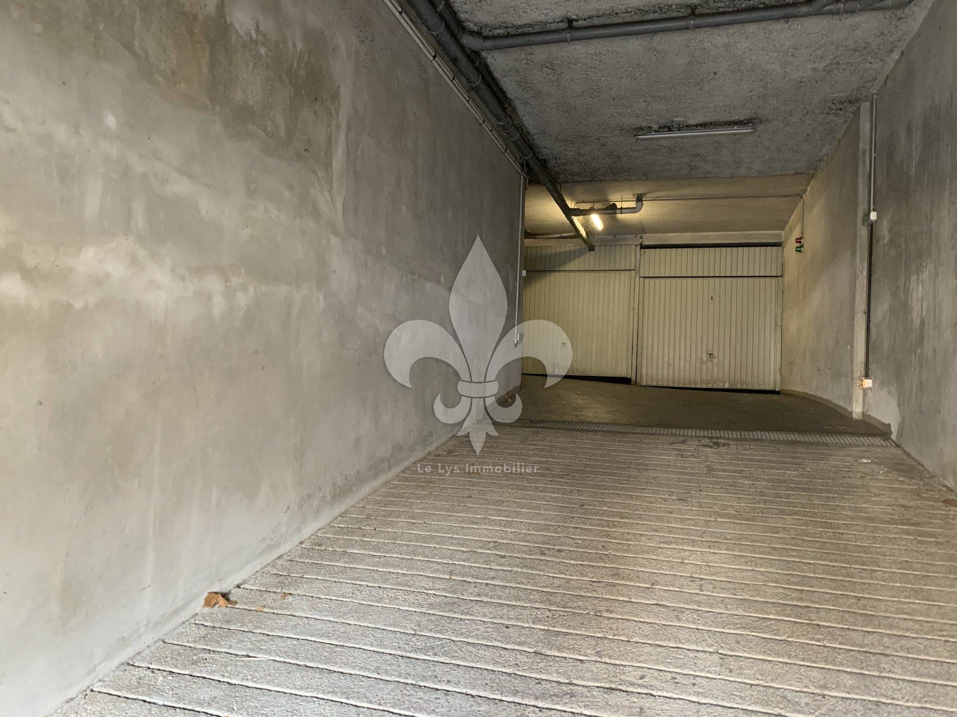 Cannes - Banane: Garage on the 1st floor of a luxury building with elevator