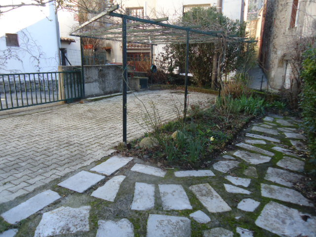 Maison de village avec terrasse et un terrain avec garage