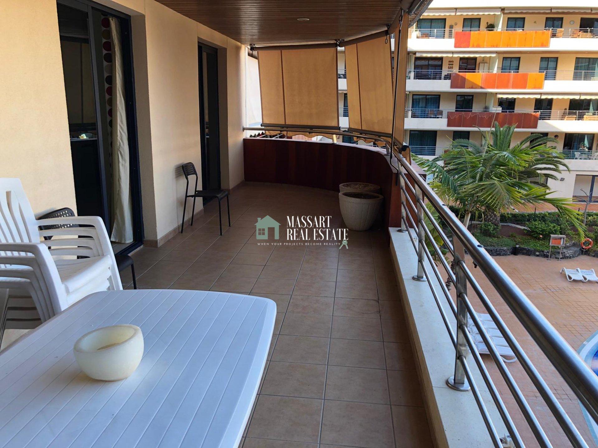 Te huur in een van de beste wooncomplexen in Puerto de Santiago, Balcón de Los Gigantes, een gemeubileerd appartement van 120 m2 in zeer goede staat.
