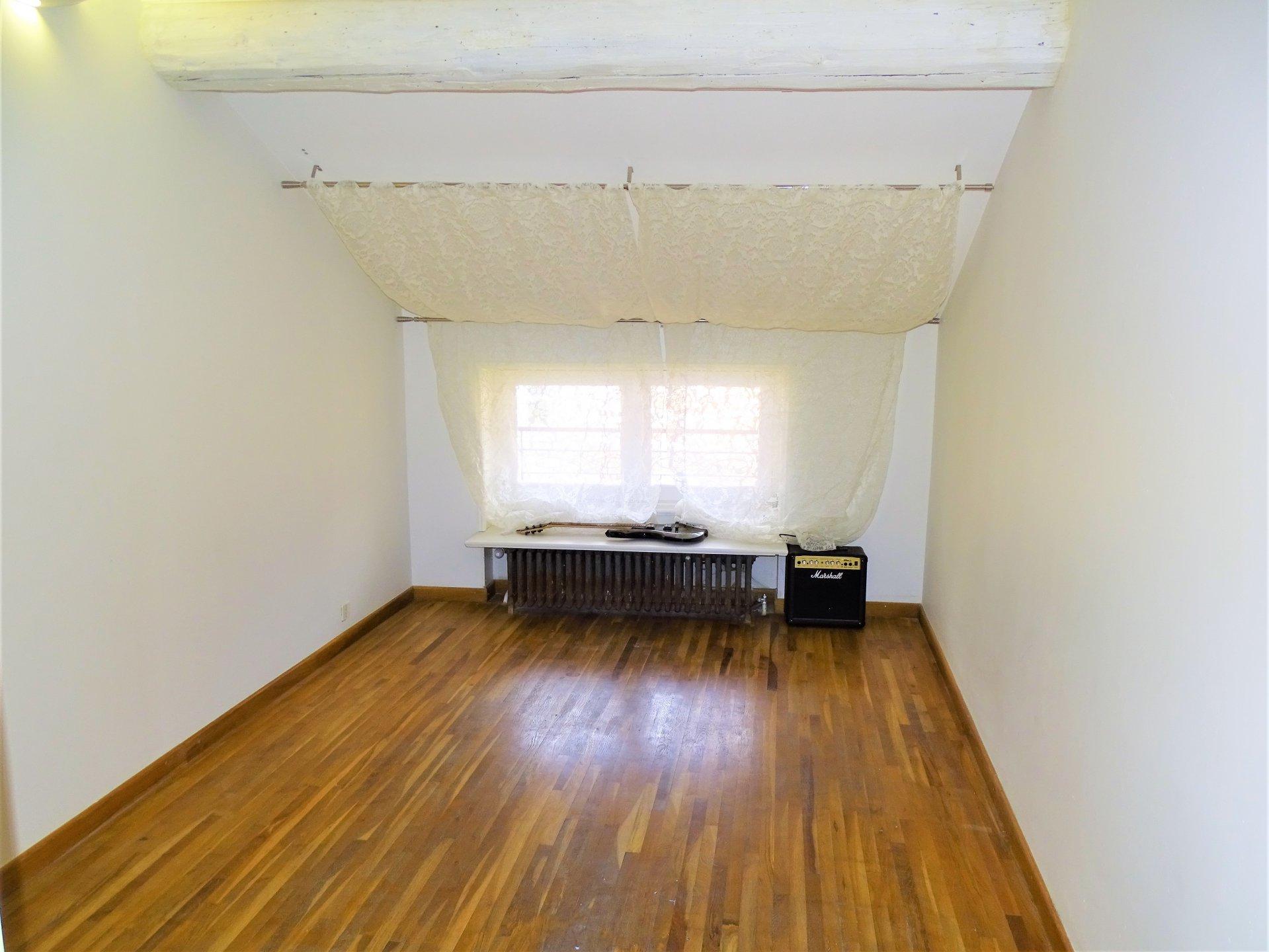 Le charme de la pierre et un calme absolu pour cette maison à 5 minutes de Mâcon. Actuellement composée de trois chambres, vous pourrez aisément en imaginer une quatrième.  Vous serez seduit par son salon chaleureux avec sa cheminée à insert, ses pierres et sa grande mezzanine. Vous pourrez aussi compter sur une belle cuisine aménagée donnant sur une grande terrasse orientée soleil couchant. Vous pourrez profiter de nombreuses dépendances, dont un garage de plus de 38 m2 sur environ 6 mètres de hauteurs et deux ateliers. Le tout complété par un jardin de 357 m2. Honoraires à la charge des vendeurs.