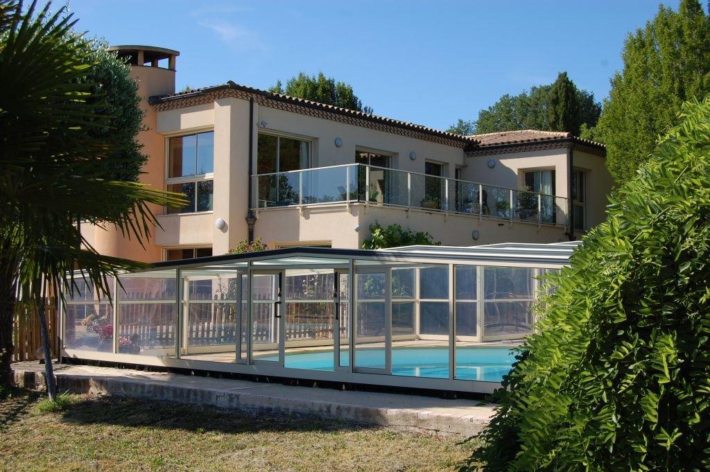 DORDOGNE - Maison d'architecte avec piscine couverte sur env. 1ha