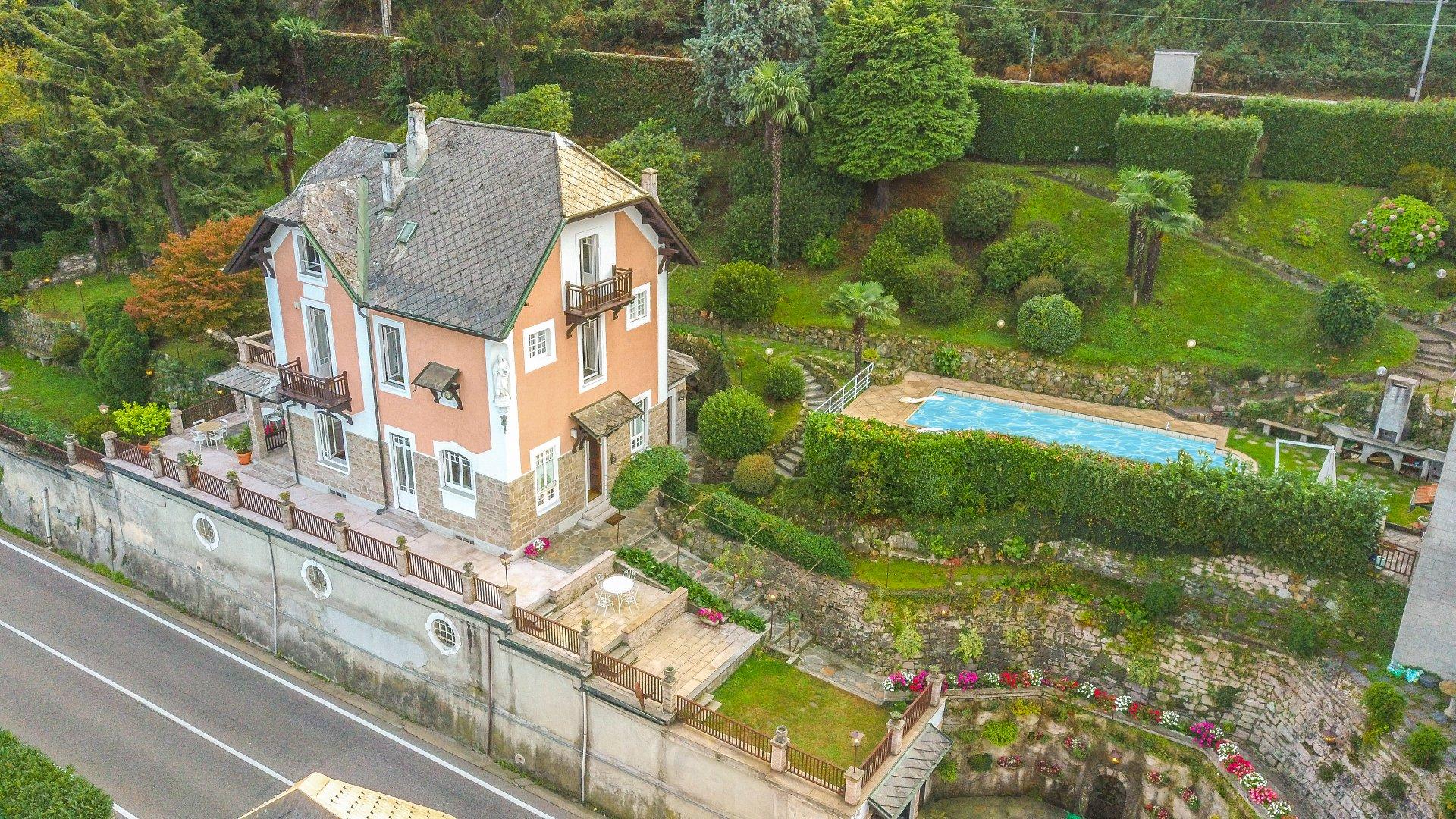 Villa d'epoca in vendita con darsena e piscina