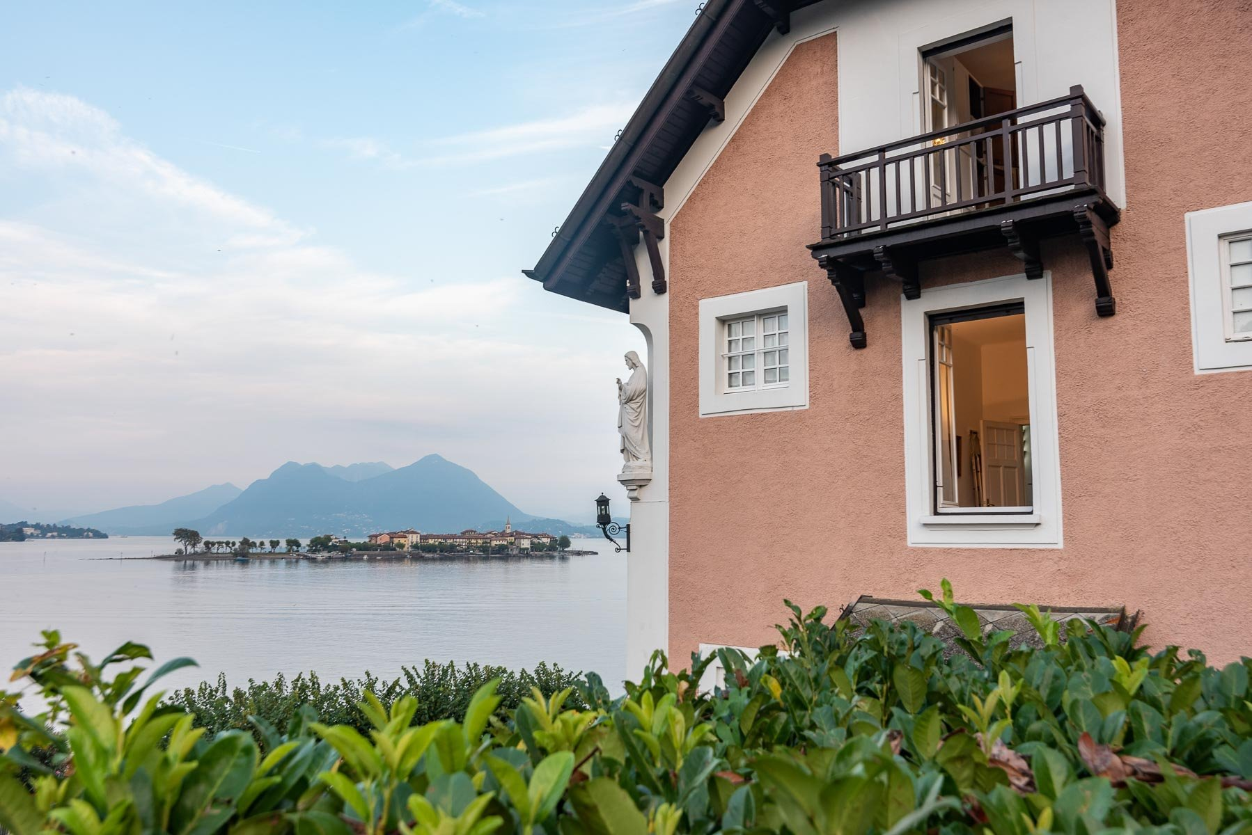 Period villa for sale with dock and swimming pool
