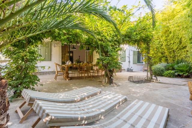 """Charming house in a quiet area at 5 mn to the famous """"Place des Lices"""""""