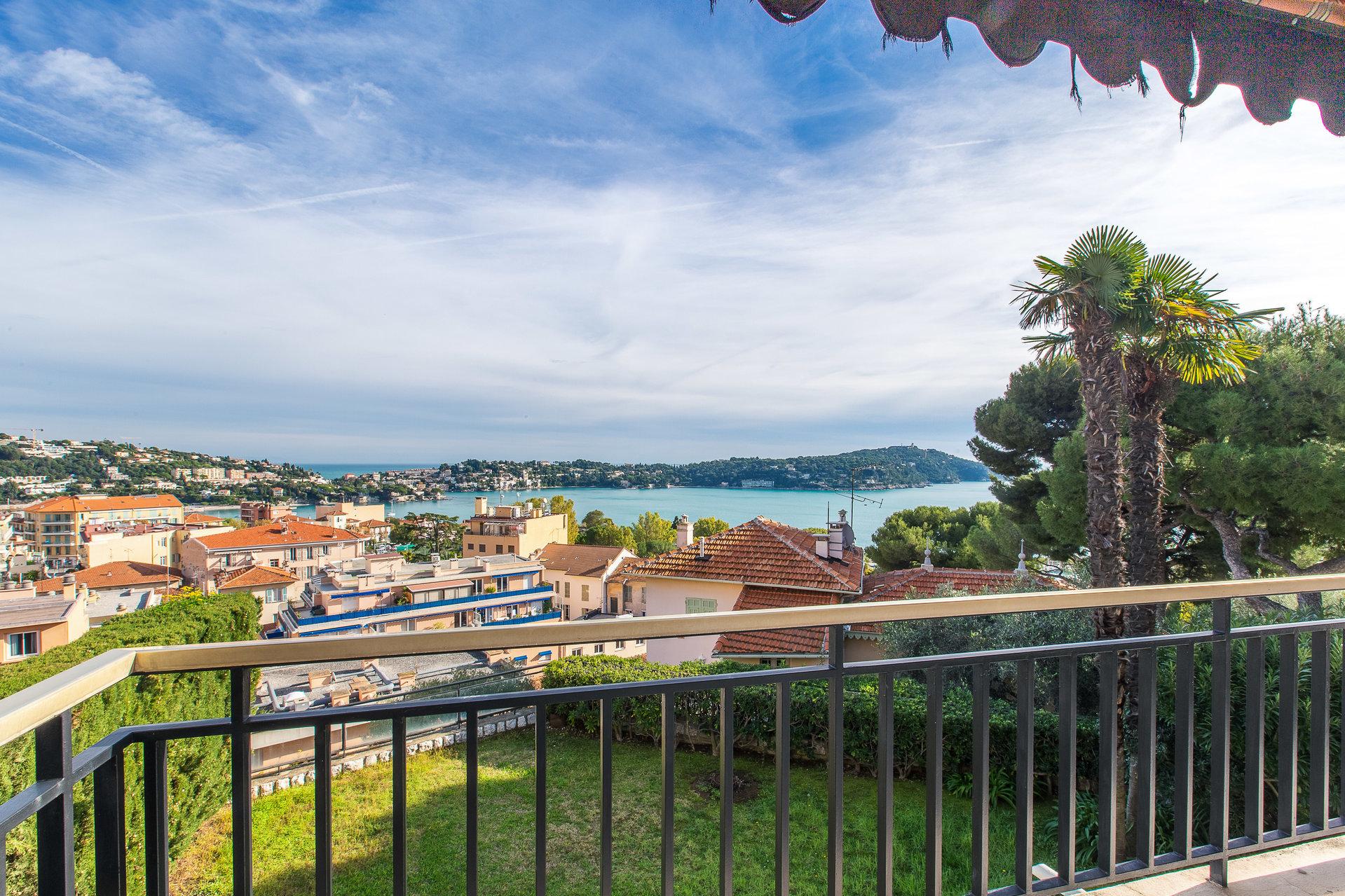Coeur de Villefranche-sur-Mer, villa moderne à rénover avec vue mer