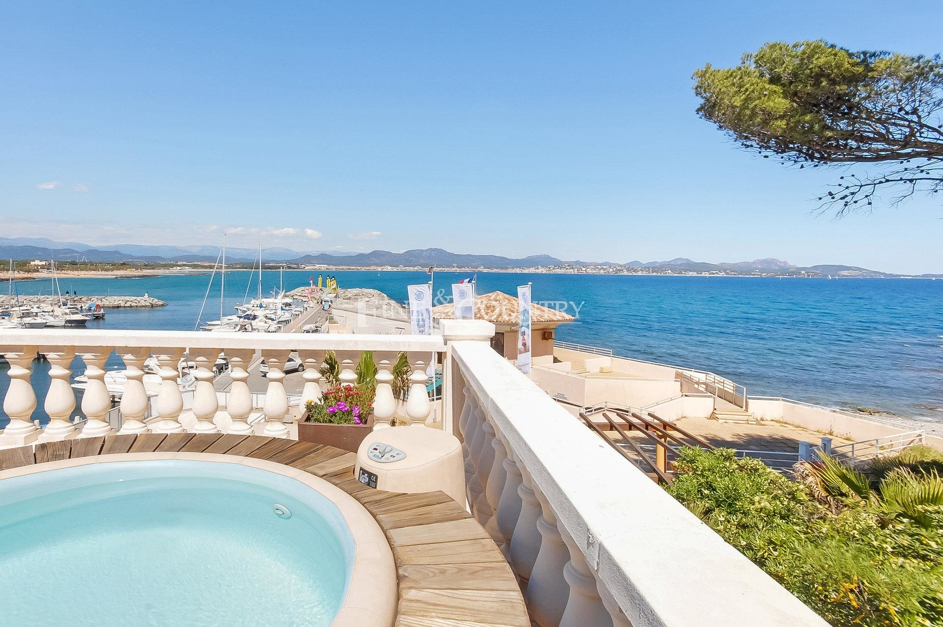 Beachfront villa for sale in Saint Aygulf, French Riviera