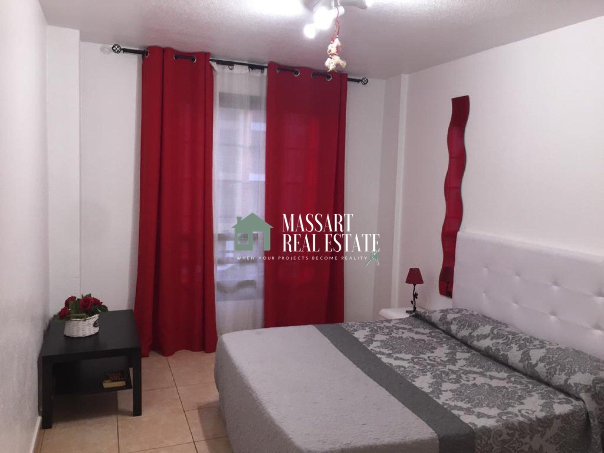À vendre dans le quartier populaire de Los Cristianos, appartement meublé de 60 m2 avec un style de décoration particulier.