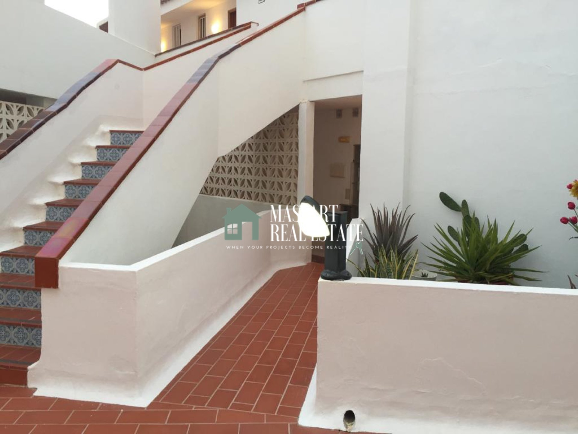 For sale in the popular area of Los Cristianos, furnished apartment of 60 m2 with a peculiar decoration style.