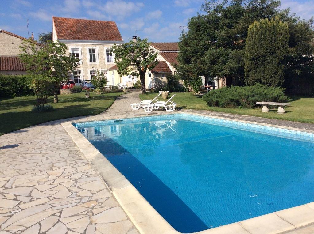 Maison de ville avec beau jardin et piscine
