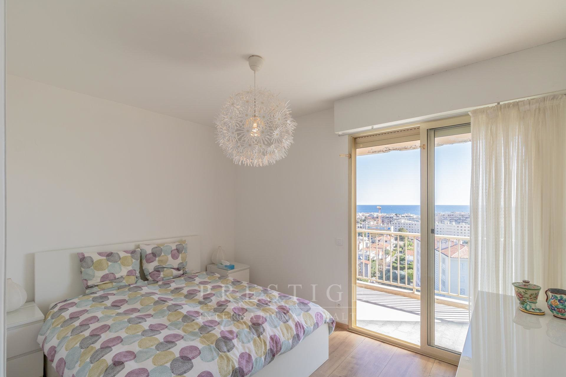 JUAN LES PINS, 2 bedrooms flat top floor sea view  2 terraces