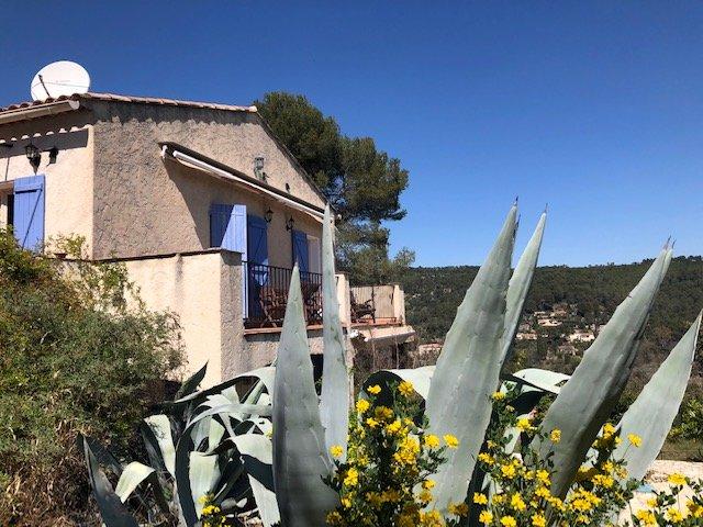 Très jolie vue pour cette belle maison à pied du village!