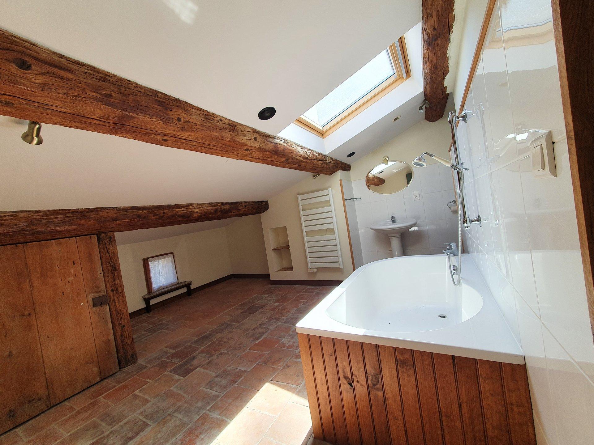Maison de villlage avec terasse du toit et garage