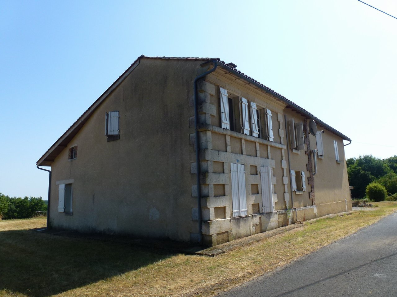 Property with 3 bedrooms, 2 shower rooms, and large plot of land, ready to move into