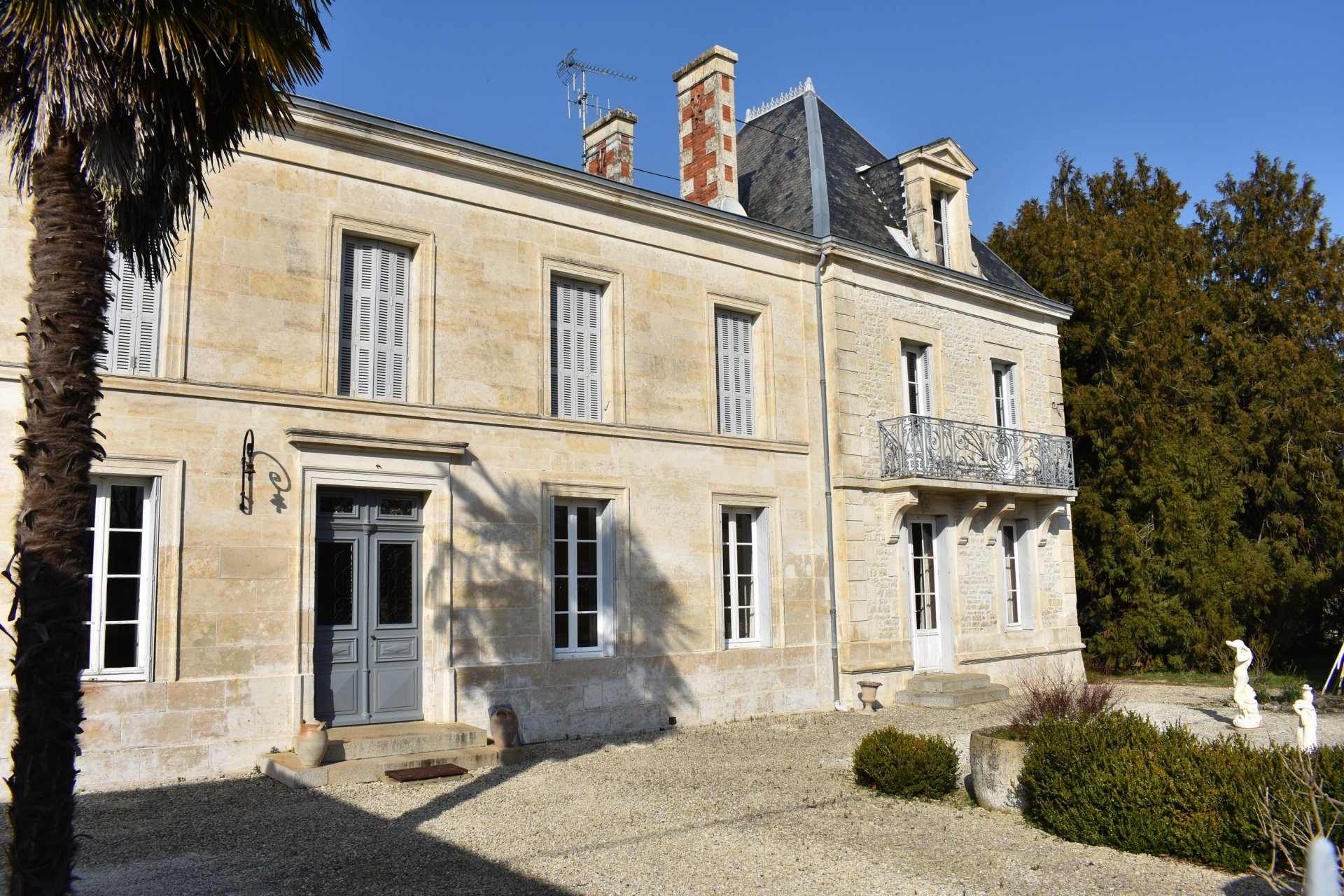 Unspoilt wine growers manoir with one hectare, outbuildings and loads of potential