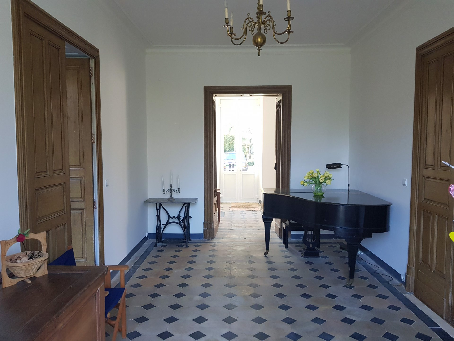 Beautiful Château offering over 400 m² of living space, pool, land and outbuildings