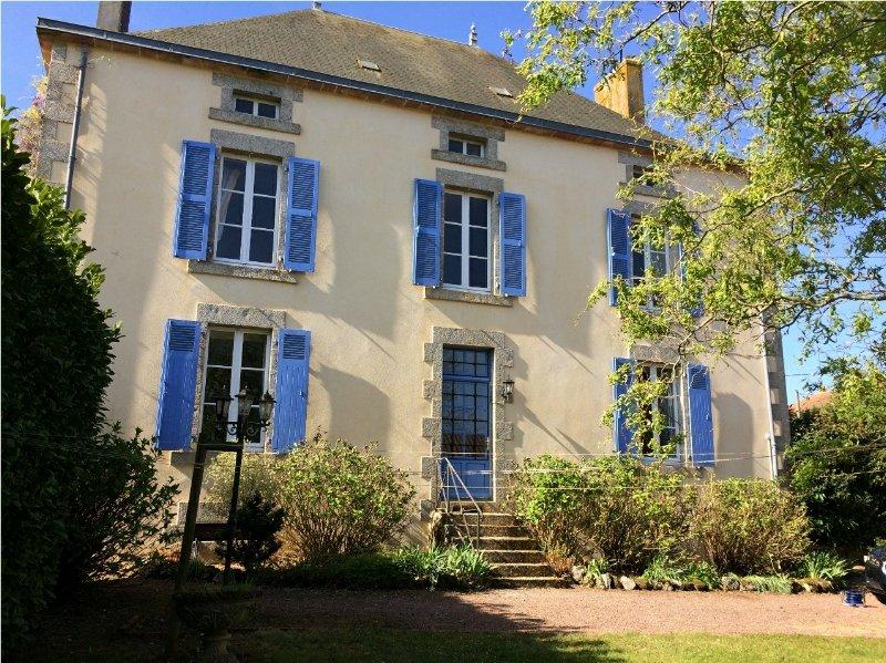 Spacious Maison de Maitre with gite and pool