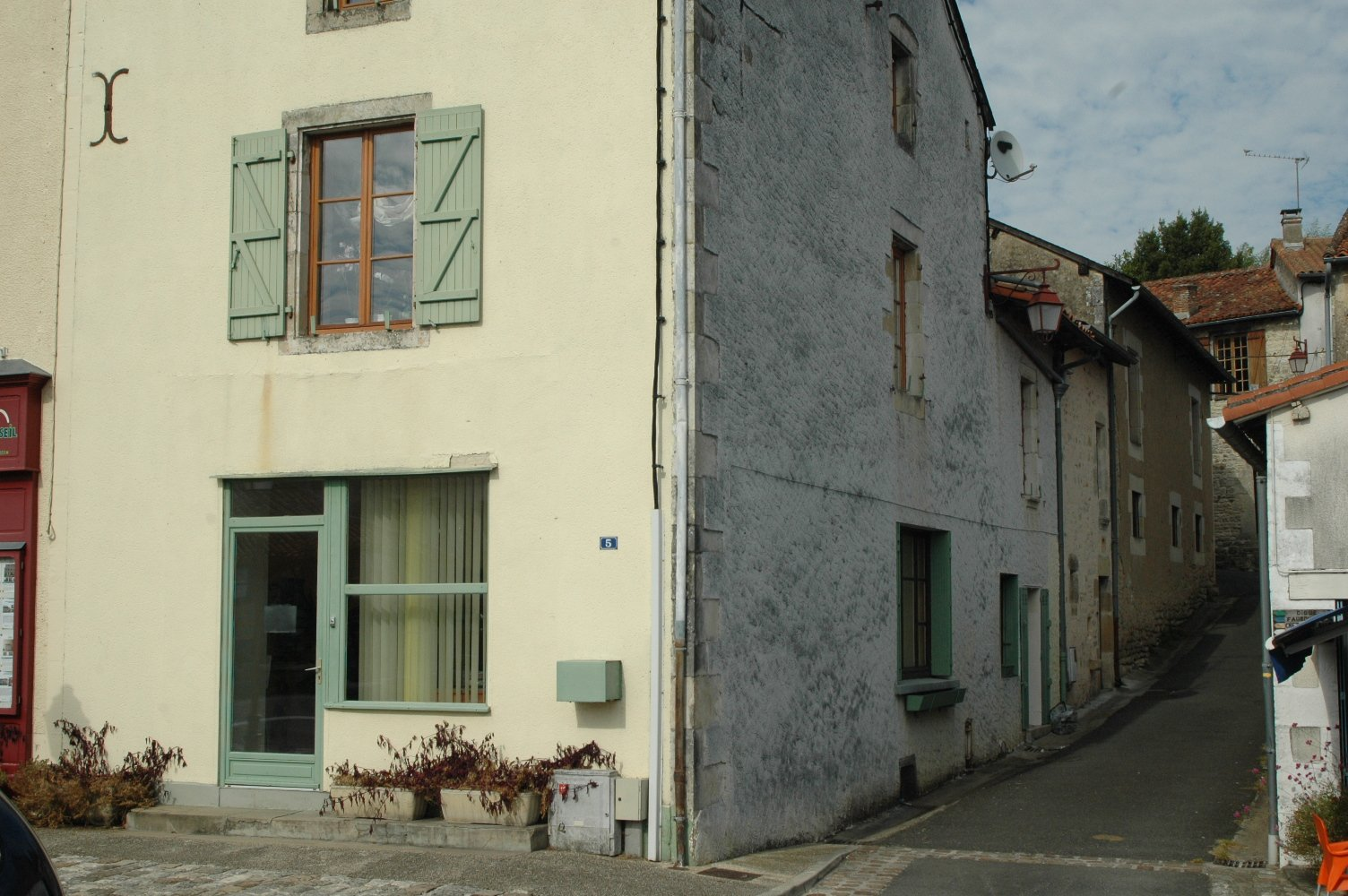 Lovely home, gite potential, ideally placed for tourist activity