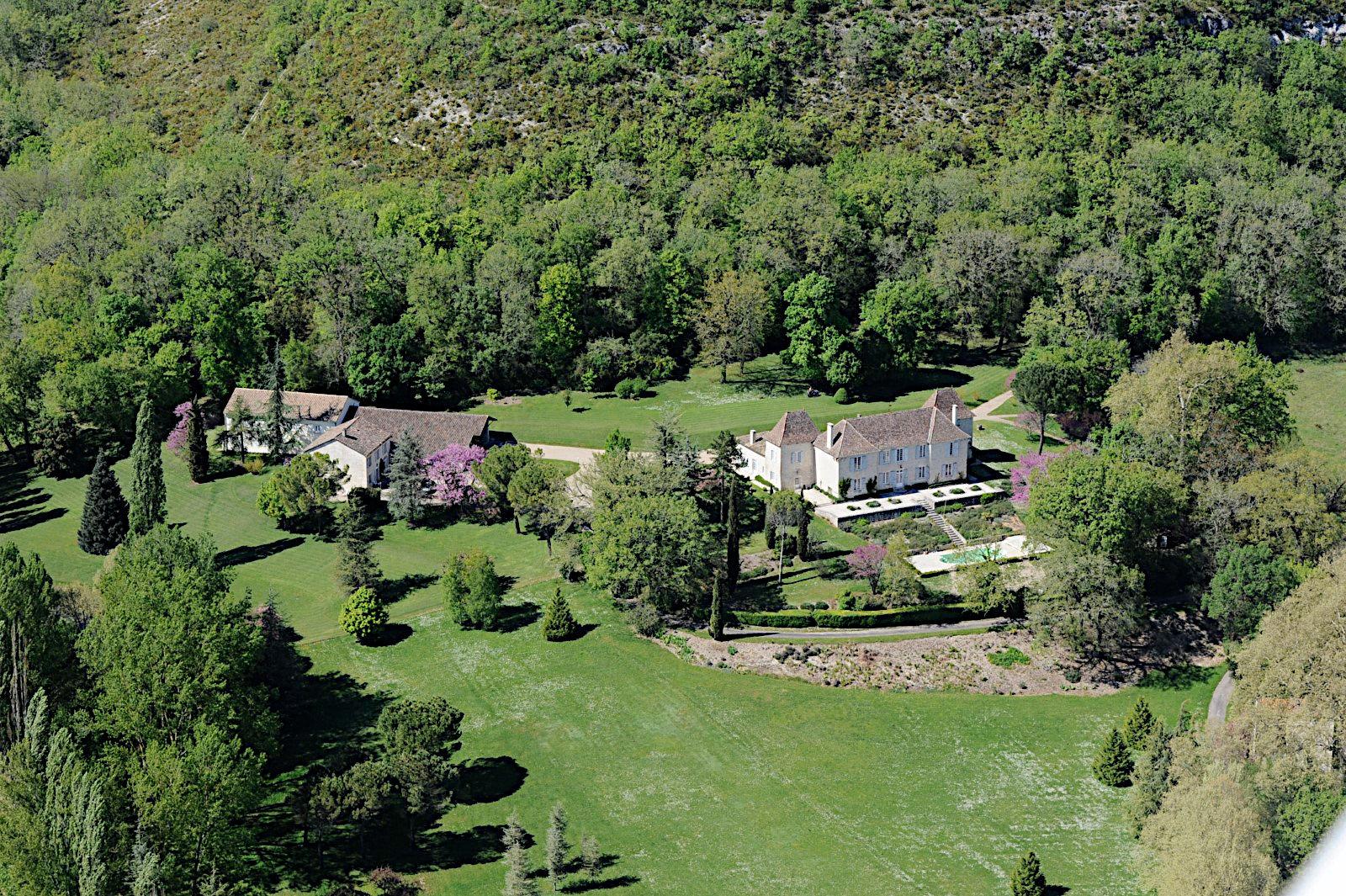 Château situé sur le flanc d'une colline surplombant une vallée