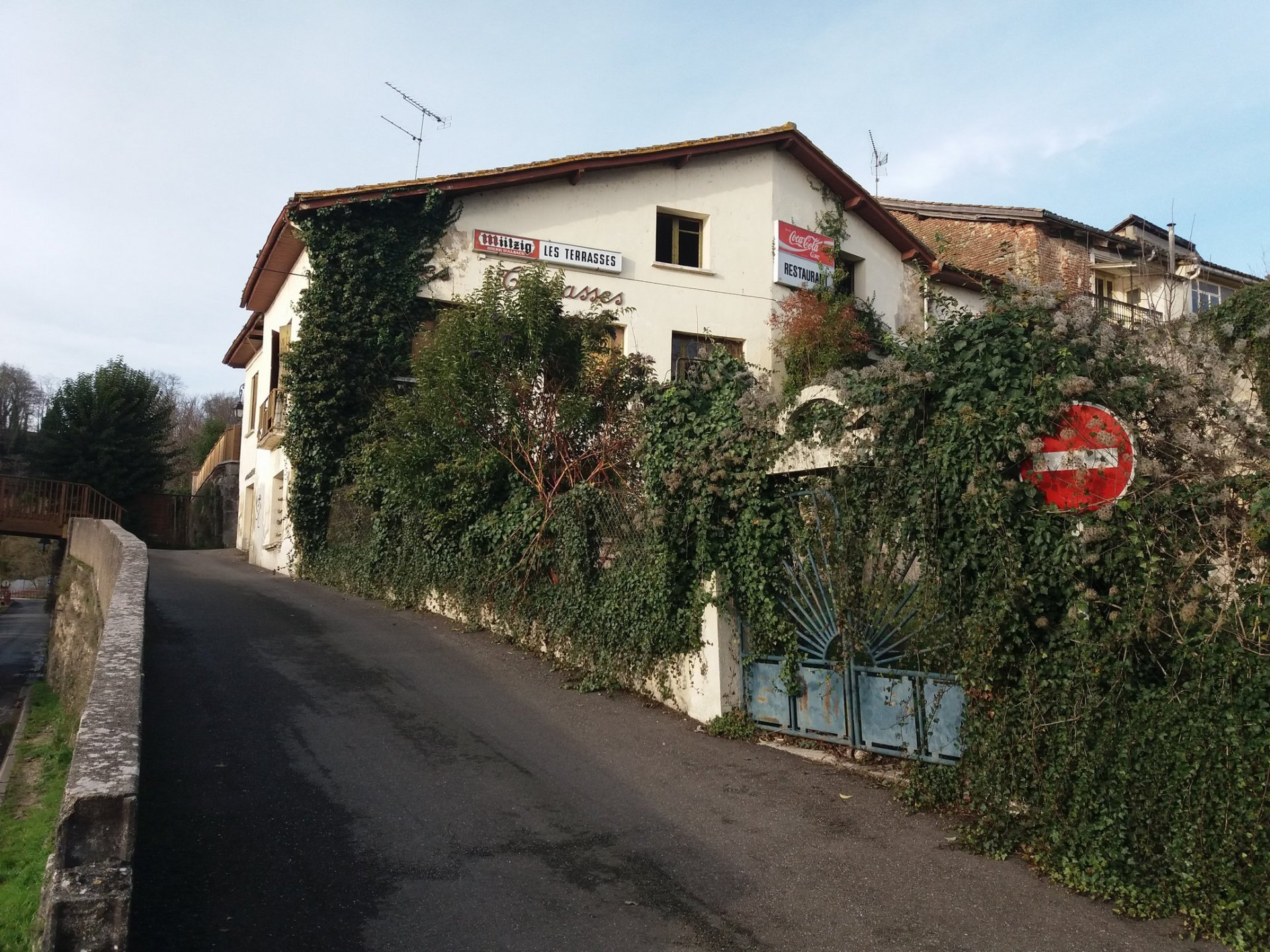 Old hotel with a restaurant and bar, situated on the border of the river Lot