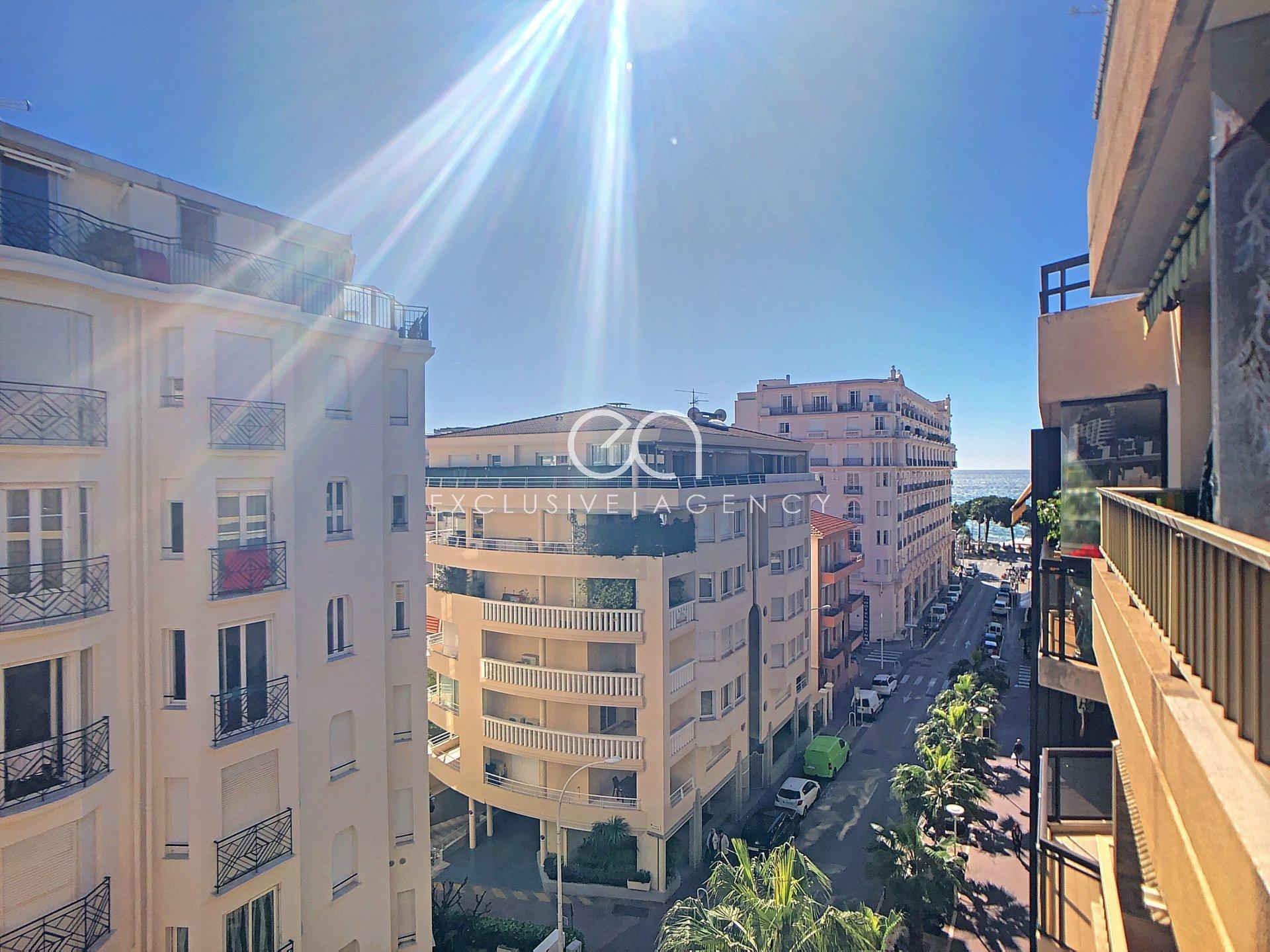 Cannes Croisette appartement 2 pièces entièrement refait à neuf de 50m2 terrasse aperçu latéral mer