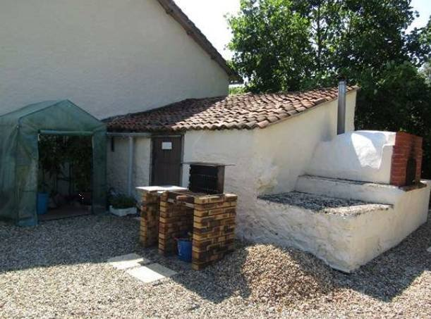 Traditional country cottage in good condition, just move in and enjoy!!