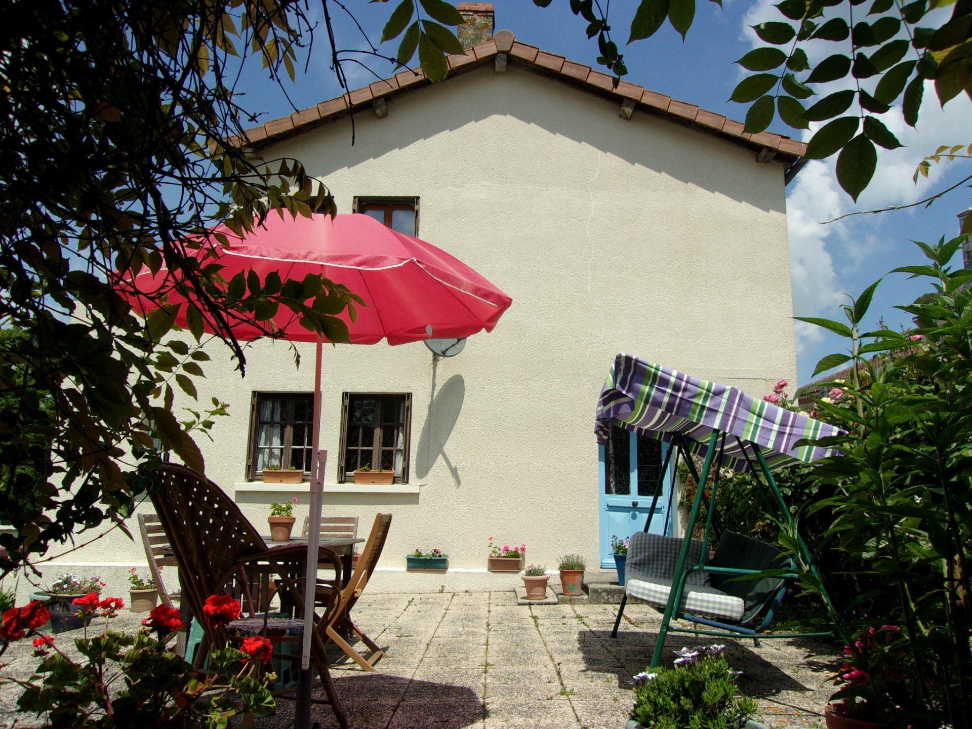 Super 3 bedroom house, double garages, delightful garden!