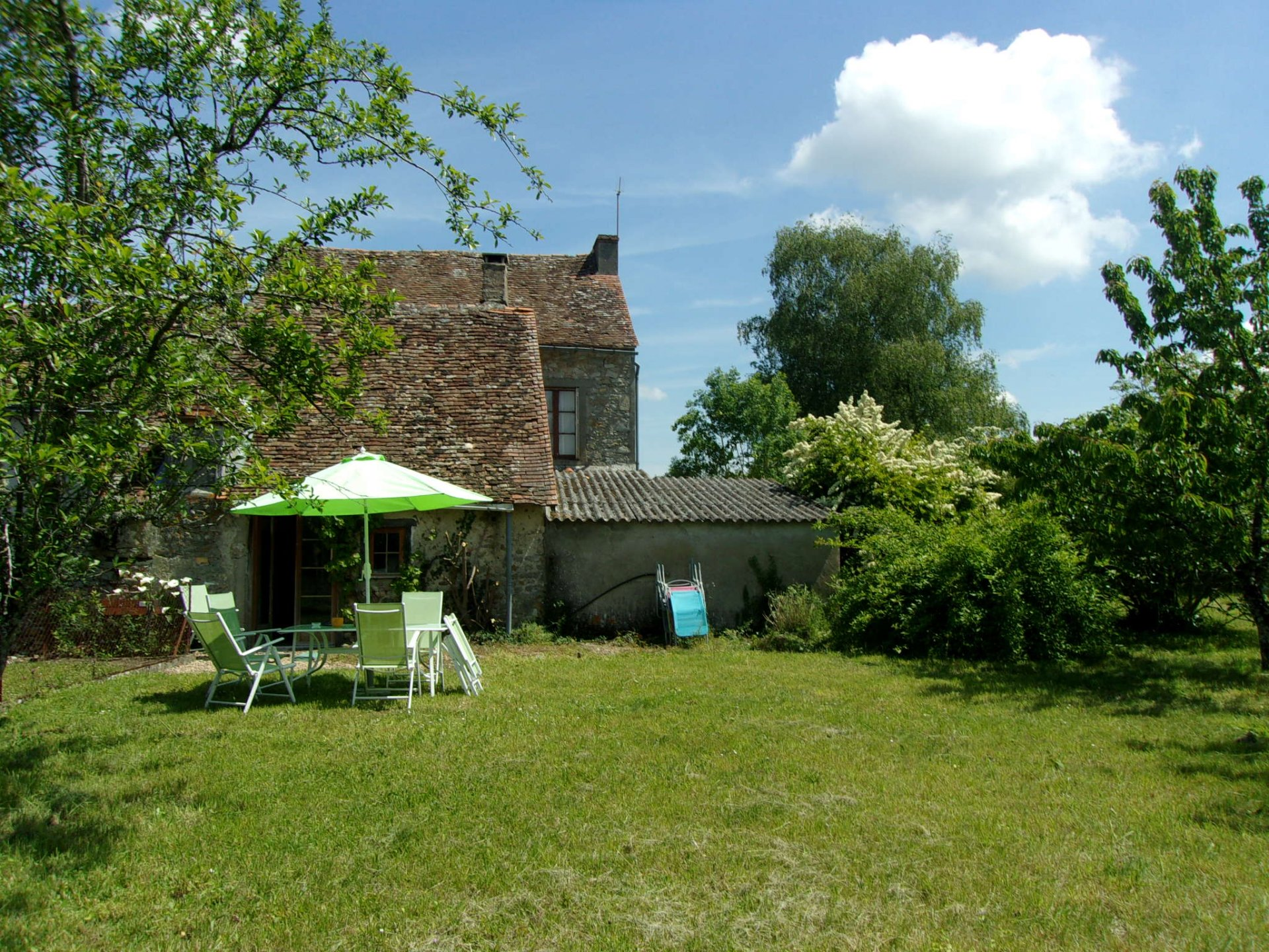 Fantastic buy, edge of village and super garden!