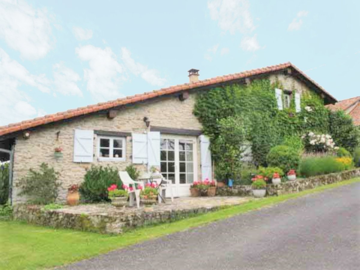 Renovated 2 to 3 bedroom farmhouse with 1.424 m² garden in the Perigord-Limousin park