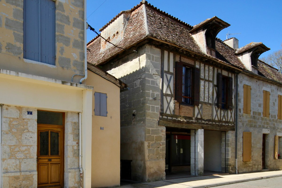 16th century stone character house + ground floor commercial space, walking distance to amenities