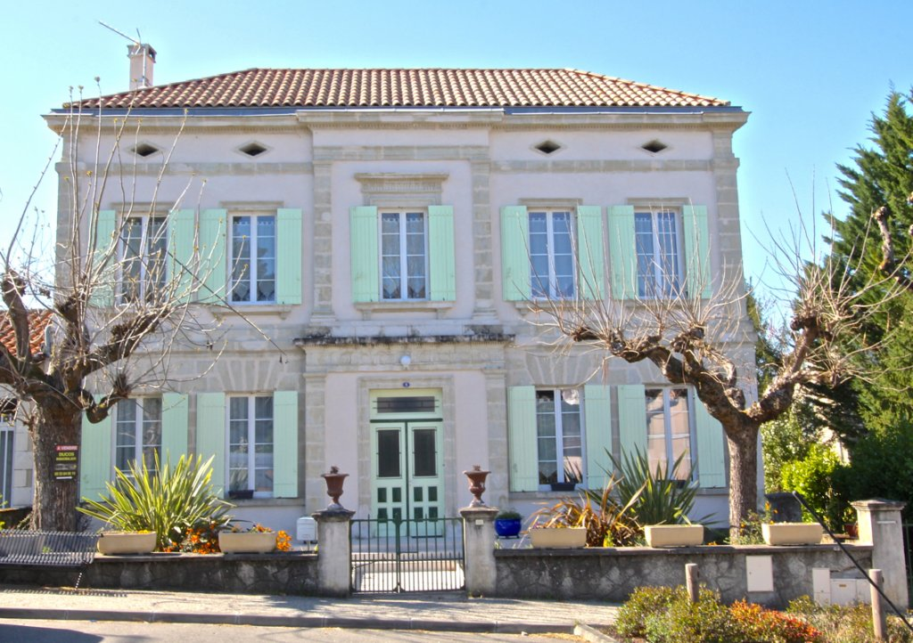 Grand Maison de Maitre with 5 ensuite bedrooms in heart of town.
