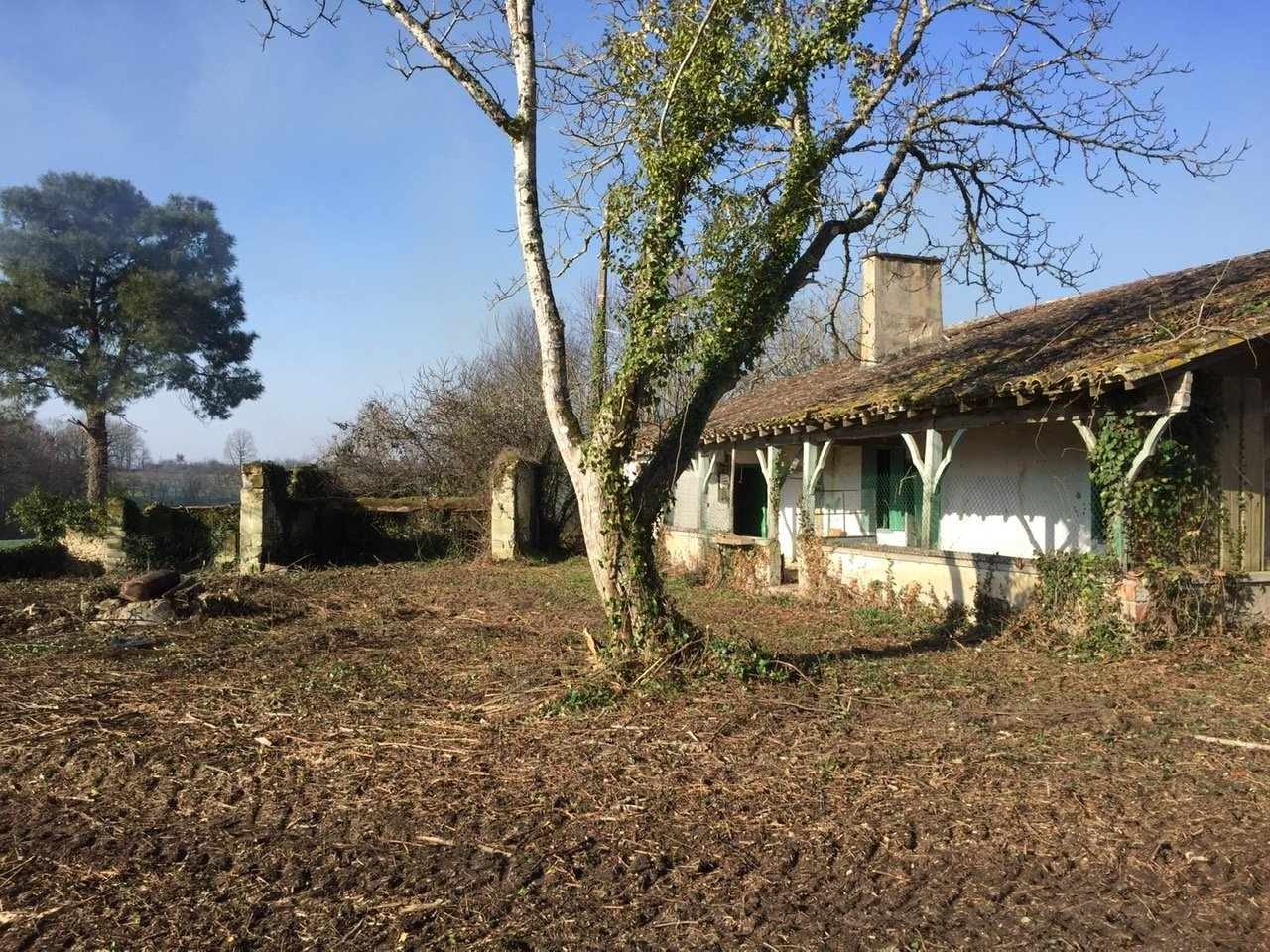 Ancient house and attached barn in a superb position requiring full renovation
