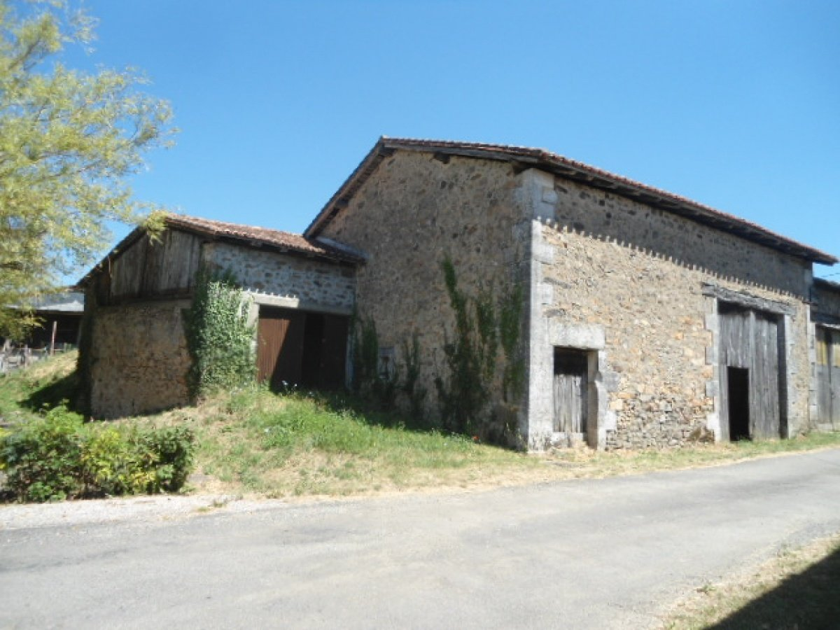 Stone barn and garage close to Ecuras village in the Charente