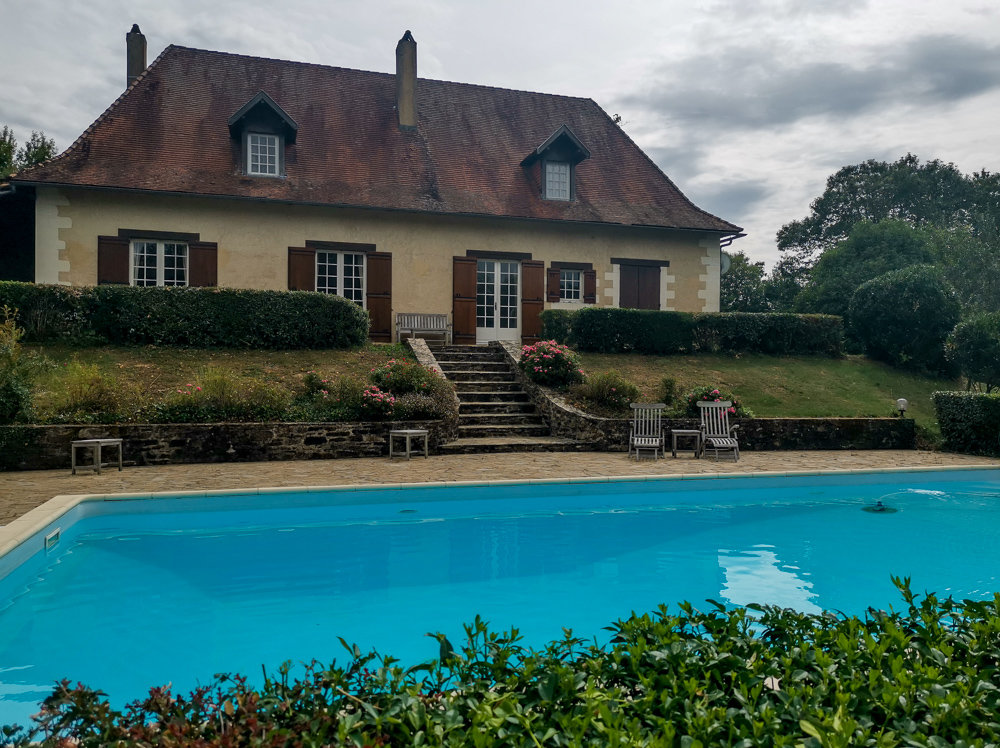 6 Bedroom property with a large pool 5km from commerce