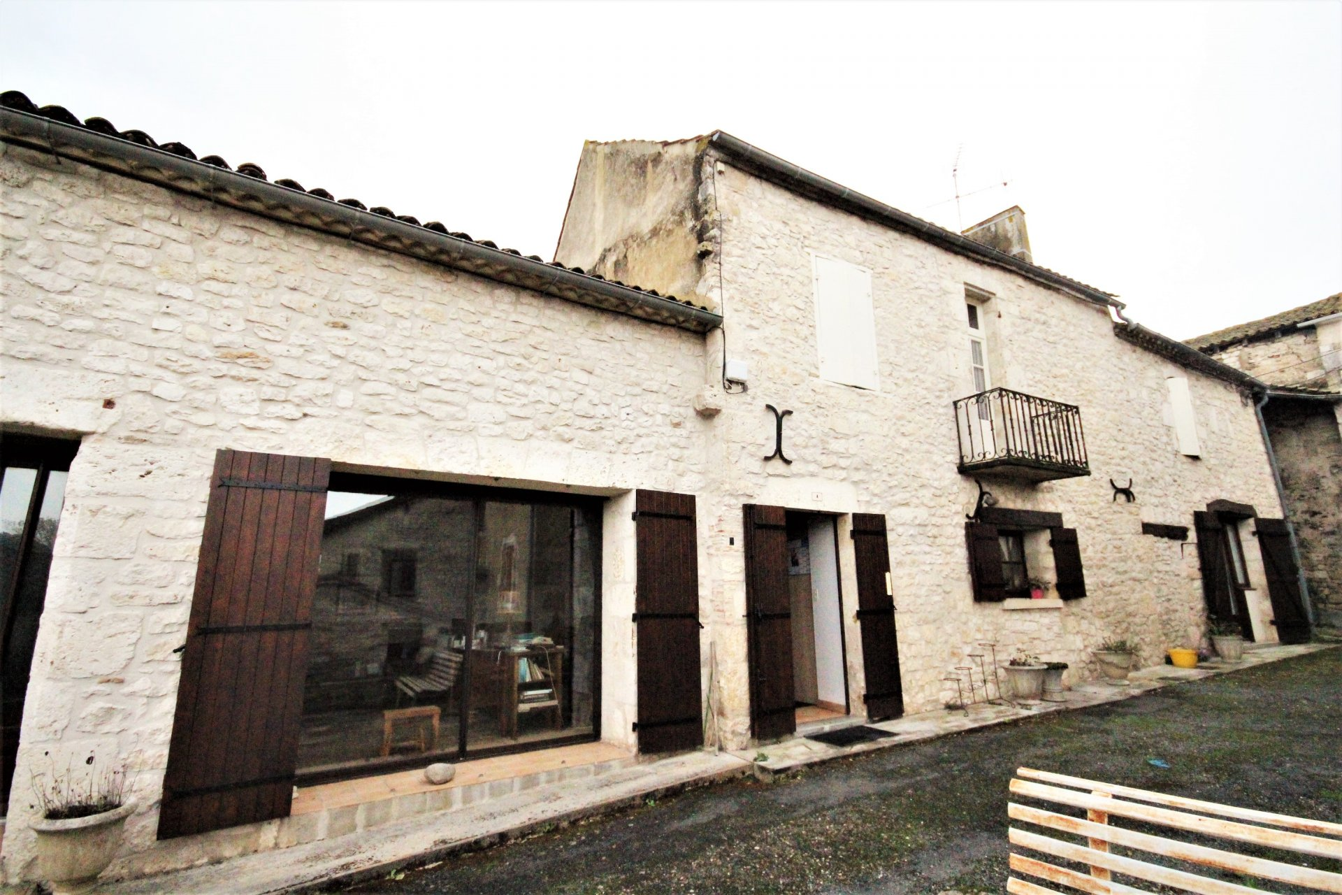 Big village house walking distance to everything, 10 minutes from Bergerac
